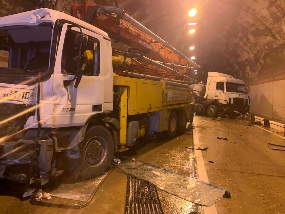 Chiếc xe tải và xe đầu kéo tại hiện trường vụ tai nạn