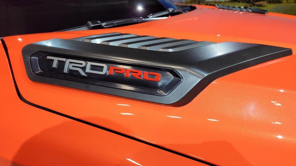 Logo TRD Pro trên nắp ca-pô của Toyota Tundra TRD Pro 2022