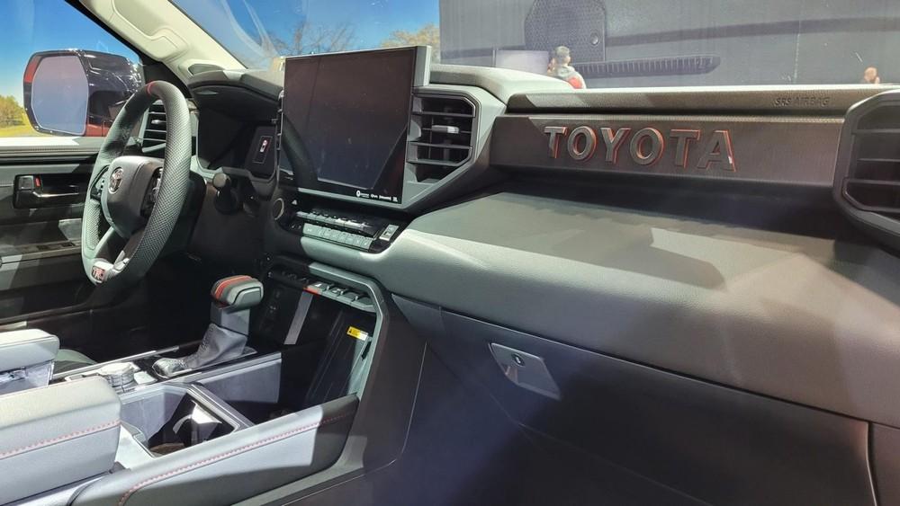 Logo Toyota trên mặt táp-lô của Toyota Tundra TRD Pro 2022