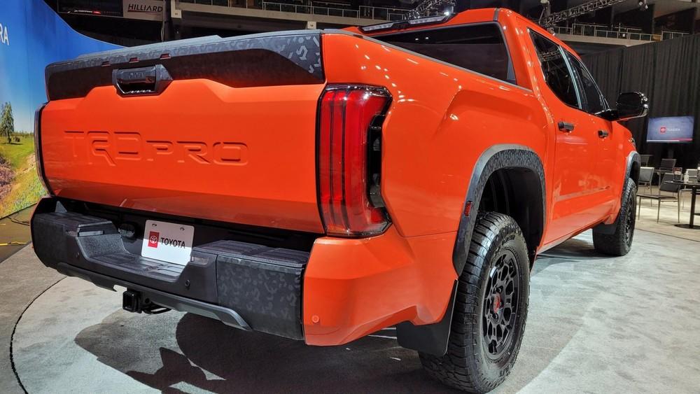 Toyota Tundra TRD Pro 2022 có những chi tiết sơn màu rằn ri đậm chất nhà binh