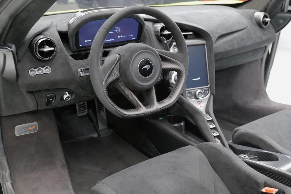 Nội thất siêu xe mui trần McLaren 765LT Spider