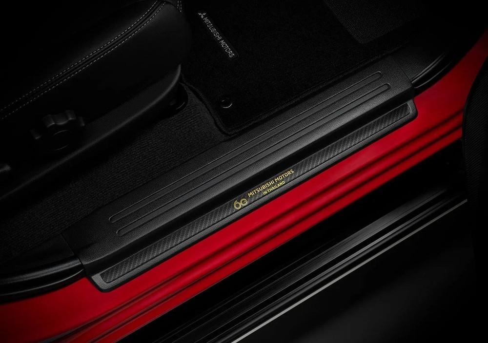 Ốp bậc cửa giả sợi carbon của Mitsubishi Triton Passion Red Edition 2021