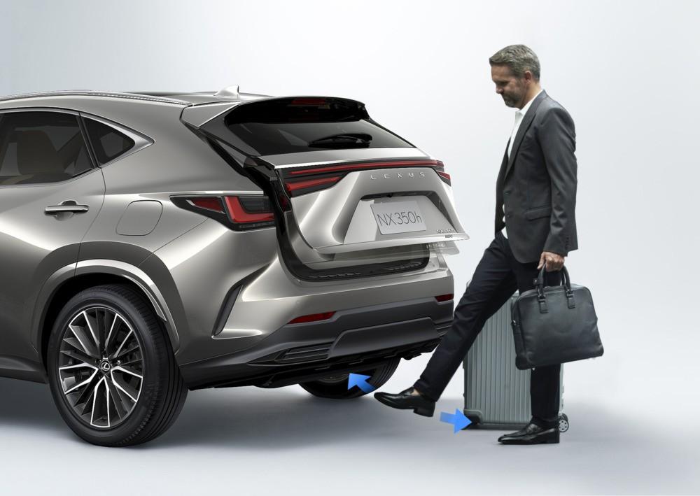 Lexus NX 2022 có cảm biến đá cốp