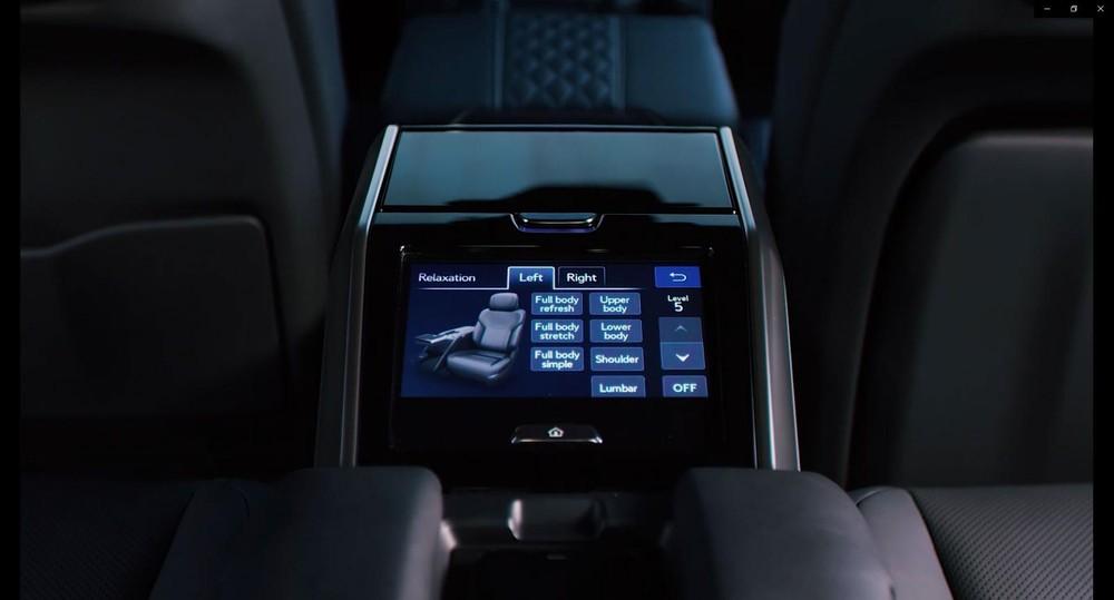 Màn hình trên bệ tì tay giữa hàng ghế sau của Lexus LX600 Ultra Luxury 2022