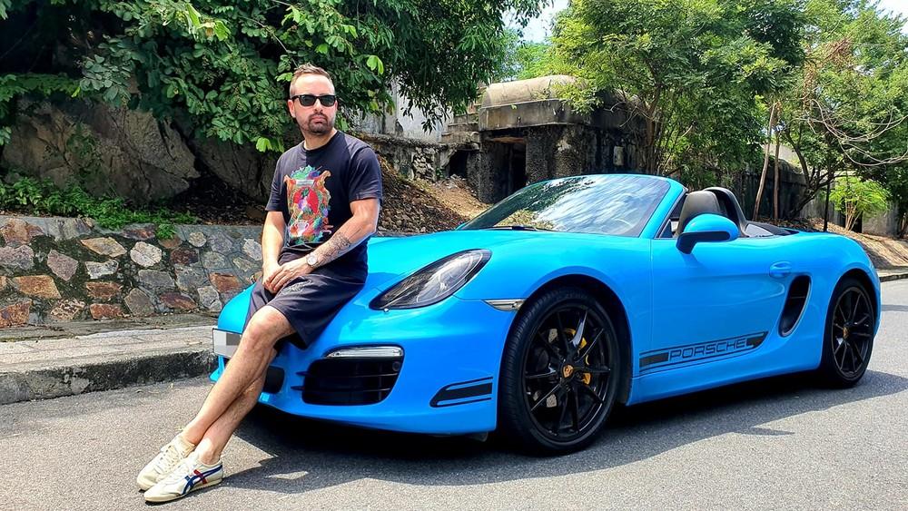 CEO chuỗi nhà thuốc lớn nhất Việt Nam cùng Porsche 718 Boxster