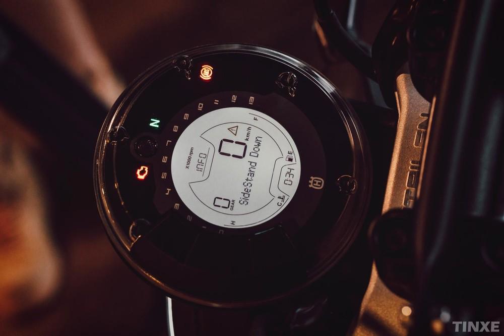 Thiết kế đồng hồ hiển thị đơn giản nhưng đầy đủ của Husqvarna Svartpilen 401 tại Việt Nam
