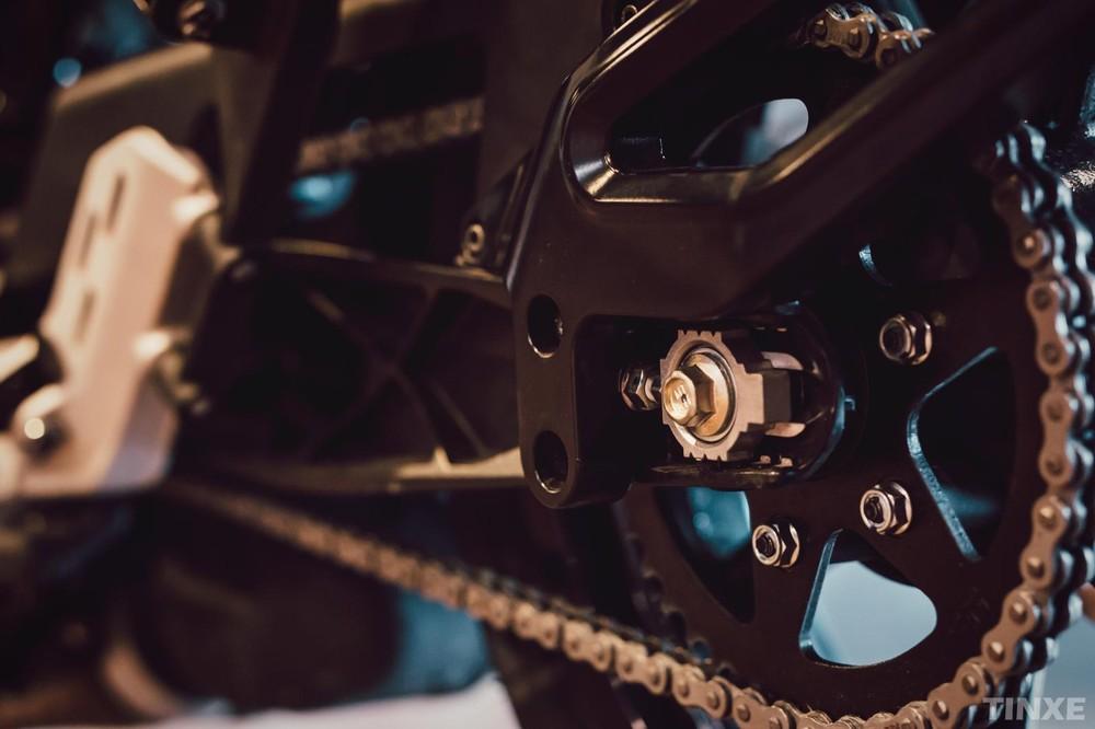 Bộ càng sau cóthiết kế quen thuộc trên KTM Duke 390 thế hệ mới của Svartpilen 401
