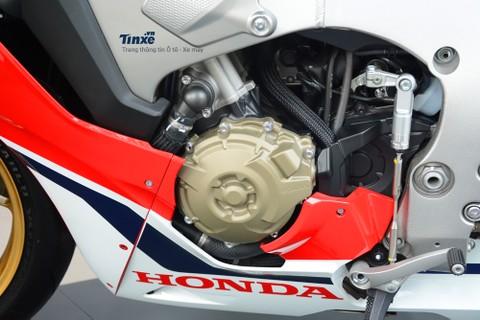 động cơ của Honda CBR1000RR SP 2017 còn giúp giảm trọng lượng nhờ một số chi tiết bằng ma-giê và titan.