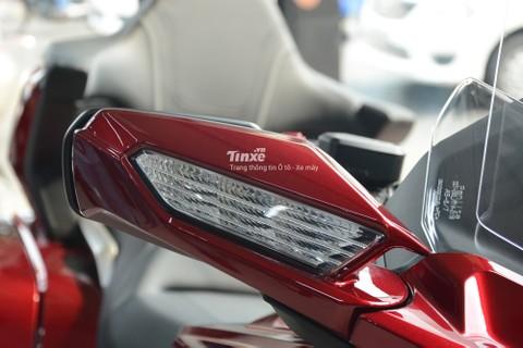Ngoài đèn pha, đèn xi-nhan của Honda Gold Wing 2018 cũng sử dụng bóng LED. Chi tiết này làm tăng vẻ đẹp cho ông vua đường trường.