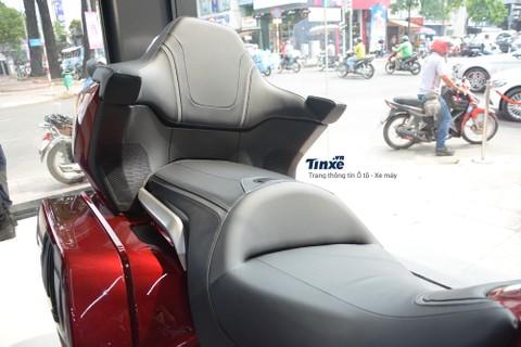 Vì thiết kế dành cho các cungđường dài nên ghế ngồi trênHonda Gold Wing 2018 còn có tính năng sưởi, ghế phía sau cònđược trang bị thêm tựa lưng khá lý tưởng cho các hành trình dài.