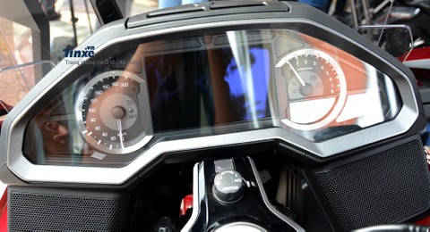 Màn hình của xe là loạiLCD TFT 7 inch hiển thị thông tin giải trí và định vị. Ngoài ra,màn hình này cũng hỗ trợ ứng dụng Apple CarPlay để giúp chủ nhân có thể dễ dàng kết nối điện thoại iPhone với xe.