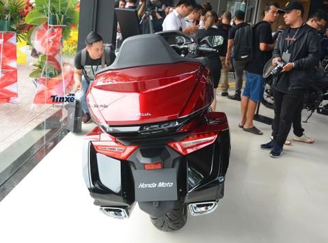 Honda Gold Wing 2018 sở hữu các số đo kích thước tổng thể bao gồm chiều dài 2.575 mm, rộng905mm và chiều cao1.430 mm. Chiều dài cơ sở của xe đạt mức 1.695 mm