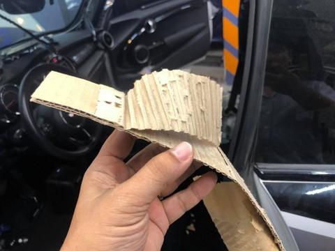 Bìa các-tông khi được bóc ra khỏi trần xe Mini Cooper S. Ảnh: Khoa Vũ