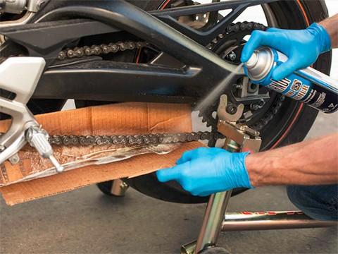 Phun dung dịch tẩy rửa hoặc dùng dầu hỏa để phun vào xích, giúp làm bở các vết két bẩn và làm sạch xích