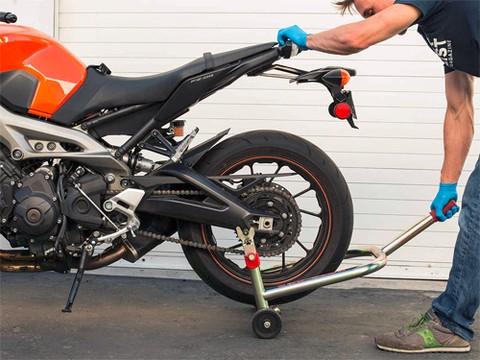 Sử dụng chống nâng để nâng bánh sau của xe