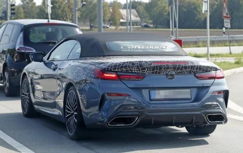Xung quanh khu vực ống xả của BMW 8-Series Convertible 2019 có những chi tiết bằng sợi carbon