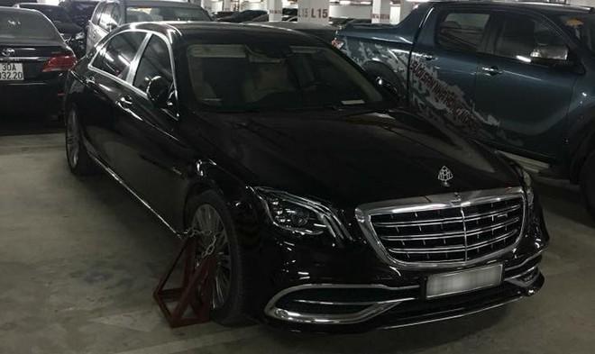 Chiếc xe siêu sang Mercedes-Maybach S450 4Matic bị khoá bánh do đỗ sai quy định ở một căn hầm tại Hà Nội