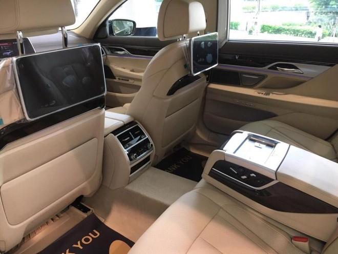 Hàng ghế sau của BMW 740Li 2018 chẳng những có chức năng massage mà còn đi kèm hệ thống giải trí riêng