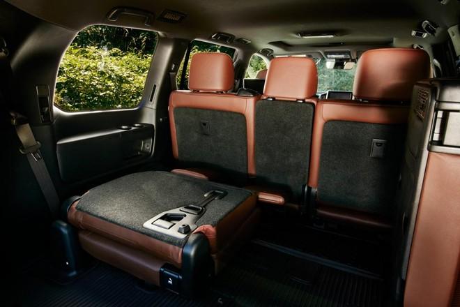 Ghế sau của Toyota Land Cruiser 2019 có thể gập xuống để tăng thể tích khoang chứa đồ