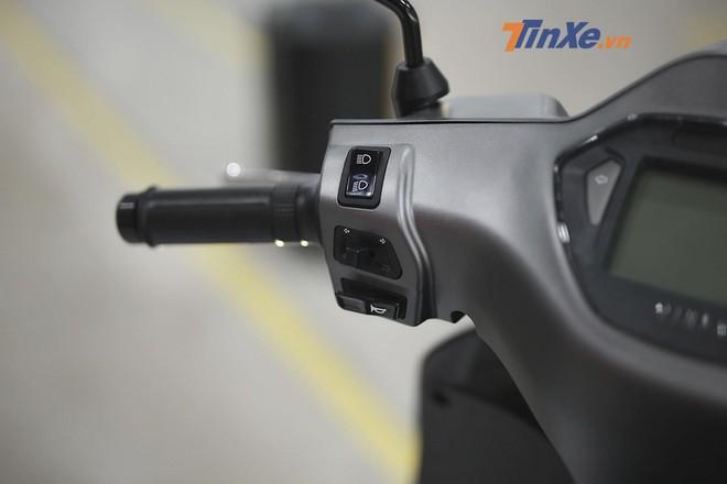 Tương tự như các mẫu xe máy thông thường, cùm công tắc bên trái gồm công tắc đèn chiếu xa/gần, xi nhan và còi