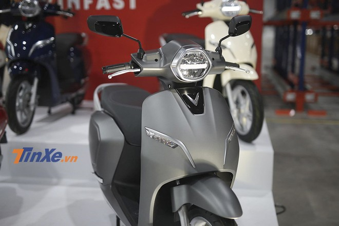 Chiếc Vinfast Klara được trưng bày tại sự kiện là phiên bản cao cấp A1, chính vì vậy mà xe được trang bị đèn pha tích hợp đèn định vị LED. Mặt đèn có thiết kế hình lúc gián rất cân đối, dải LED định vị chạy ngang mặt đèn cho cảm giác hiện đại và cao cấp.