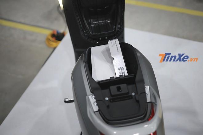 Cốp xe Vinfast Klara khá lớn với dung tích 21 lít cho bản cao cấp A1 và 22 lít với bản tiêu chuẩn A2, đủ sức chứa được hai mũ bảo hiểm nửa đầu hoặc laptop kích thước vừa phải