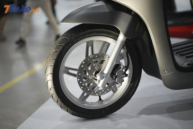 Xe sử dụng bộ vành đúc 14 inch ở trước và 12 inch ở sau. Trang bị này giúp Vinfast Klara có lợi thế hơn so với các mẫu xe điện sử dụng vành nhỏ hiện nay trên thị trường. Vành trước lớn hơn giúp xe vận hành linh hoạt, dễ vượt chướng ngại vật hơn. Không những thế xe còn được trang bị phanh đĩa ở cả tr