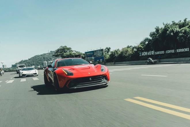 Nói về chiếc Ferrari F12 Berlinetta độ body kit Duke Dynamics tại Việt Nam, Carscoops cho hay rất hoang dã và rất rộng