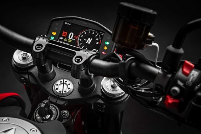 Màn hình hiển thị dạng TFT cho cái nhìn rõ ràng với màn hình màu sẽ phù hợp với hệ thống Ducati Multumedia System (DMS) giúp chiếc xe kết nối với điện thoại thông minh thông qua Bluetooth và có khả năng điều khiển nghe gọi, chuyển nhạc và đọc tin nhắn.
