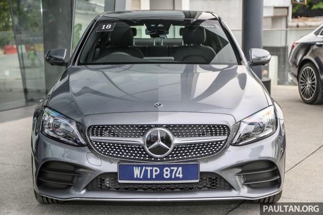 Mercedes-Benz C300 AMG Line 2019 có thiết kế cản trước và lưới tản nhiệt khác với C200 Avantgarde