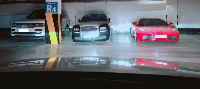 Từ trái qua, Range Rover màu trắng, Rolls-Royce Ghost màu đen và siêu xe Ferrari F430 màu đỏ cùng nhau xếp lốp dưới một hầm gửi xe được cho tại Sài thành