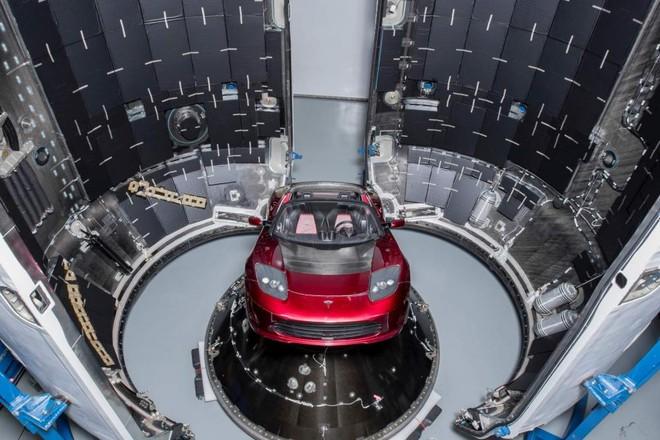 Chiếc Tesla Roadster trước khi được phóng lên vũ trụ