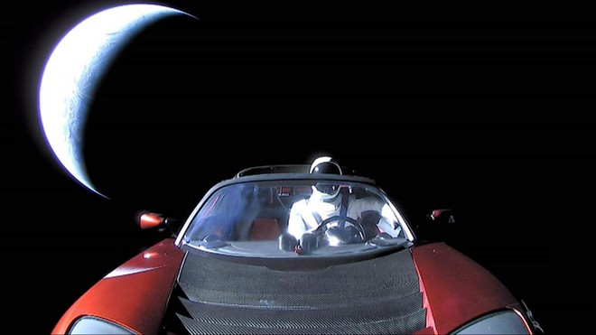 Chiếc Tesla Roadster có bạn đồng hành là người nộm Starman