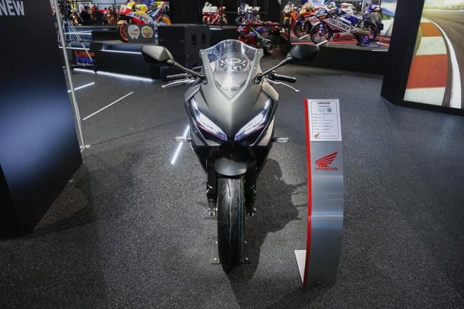 Thiết kế đầu xe giống với mẫu Honda CBR250RR, tổng thể xe lại giống đàn anh CBR1000RR FireBlade