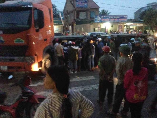 Rất đông người vây quanh chiếc xe container sau vụ tai nạn