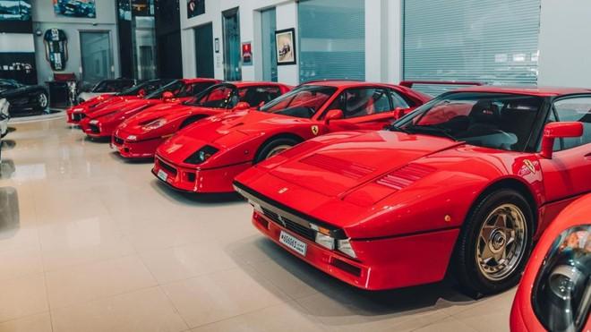 Có khoảng 6 chiếc Ferrari cùng mang màu sơn đỏ xếp lốp ngay ngắn trong garage này