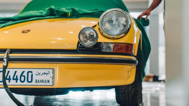 Cũng mang màu sơn vàng là chiếc Porsche 911 2.7 RS