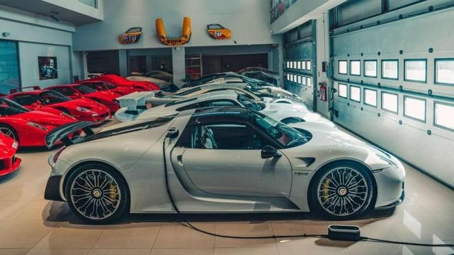 Trong ảnh là một chiếc Porsche 918 Spyder mang màu sơn xanh kim loại đắt đỏ với giá hơn 60.000 đô la