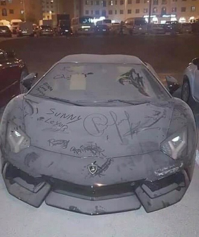 Chiếc Lamborghini Aventador bị bụi phủ dày đặc