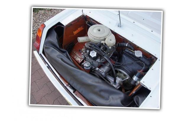 Chỗ trống hình chữ U quanh hộp động cơ là để cất giữ tấm che mui xe