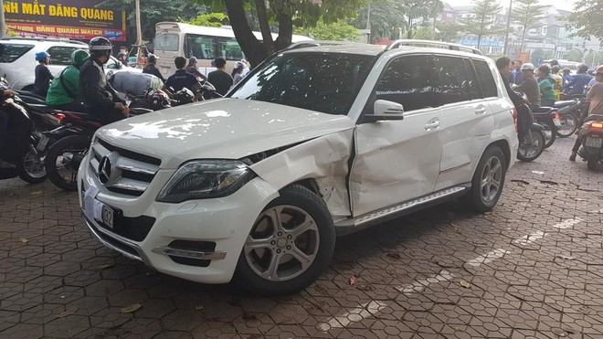 Chiếc Mercedes-Benz GLK bị hỏng đáng kể trên vỉa hè
