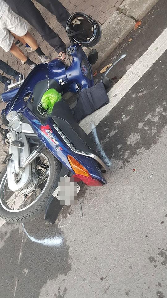 Hai chiếc xe máy nằm tại hiện trường vụ tai nạn