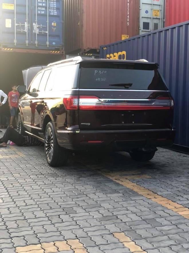 Lincoln Navigator Black Label L 2018 đầu tiên định cư tại Hà Tĩnh được khui công tại cảng Sài thành