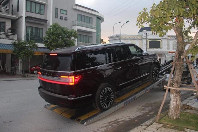 Sau đó, chiếc SUV hạng sang cỡ lớn được vận chuyển bằng xe chuyên dụng về Hà Tĩnh bàn giao cho chủ nhân