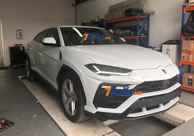 Chiếc Lamborghini Urus nhanh chóng được đưa vào garage chính hãng để kiểm tra