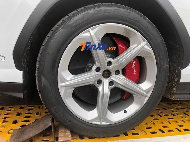 Lamborghini Urus màu trắng được trang bị mâm 5 chấu đơn