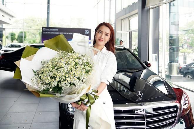 Bích Phương ghi tên mình vào câu lạc bộ những người nổi tiếng dùng xe Mercedes-Benz tại Việt Nam