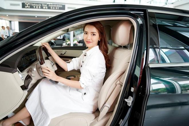 Bích Phương ngồi bên trong chiếc Mercedes-Benz S450L 2018 mới tậu