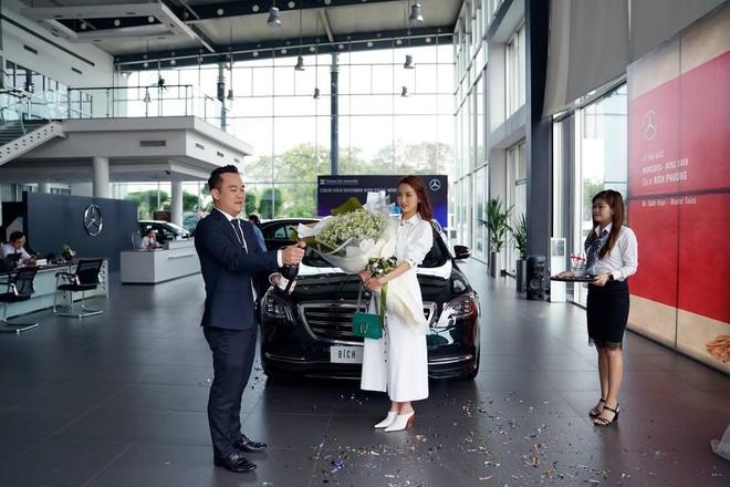 Nữ ca sỹ Bích Phương nhận chiếc Mercedes-Benz S450L 2018 tại đại lý
