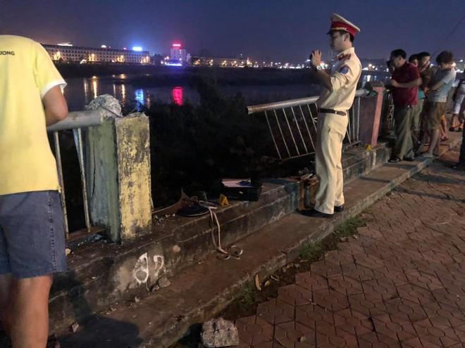 Đoạn rào sắt của đường bờ kè An Dương Vương bị chiếc Mazda CX-5 ủi bay